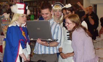 Um Laptop stehende Jugendliche