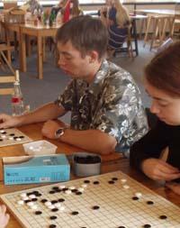 Jugendliche beim Go-Spielen